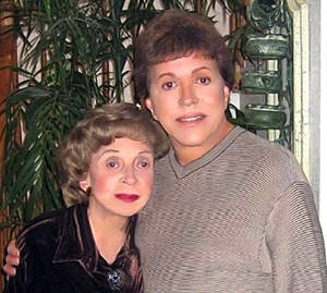De Alba with his mother, Tila.